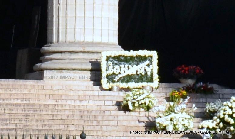 Hommage à Johnny : une journée entre émotion et rock, des fans, le monde artistique et politique et une Harley bleue garée devant l'église pour dire un dernier au revoir à Johnny