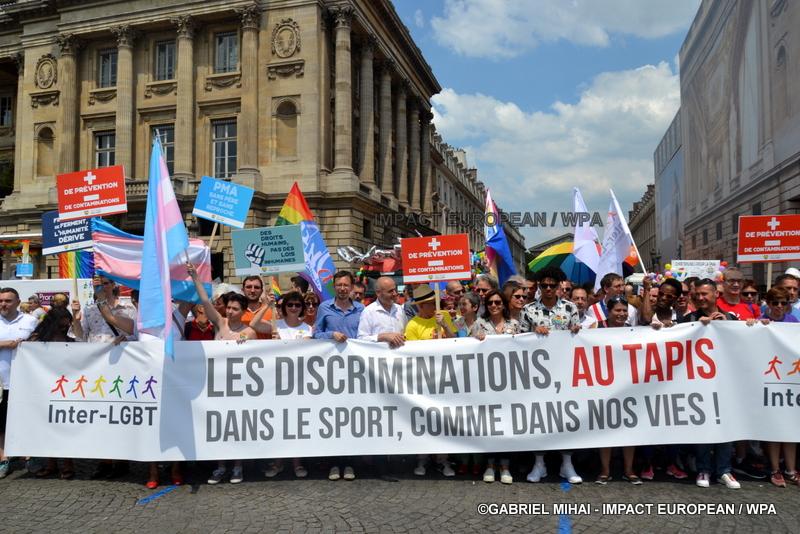 Paris, la marche des fiertés: solidarité pour l'égalité des droits, « les discriminations au tapis »