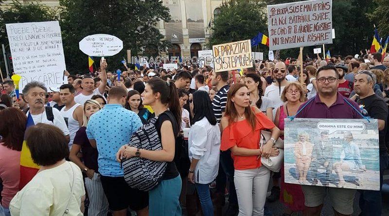 Des milliers de Roumains se sont rassemblés contre la corruption dans les rues