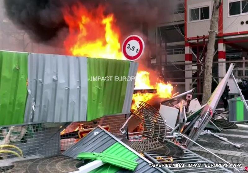 Gilets jaunes : chaos sur les Champs-Élysées, … des casseurs s'étant infiltrés dans le cortège et forces de l'ordre