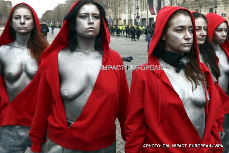Gilets Jaunes: des femmes déguisées en Marianne qui ont fait face aux gendarmes