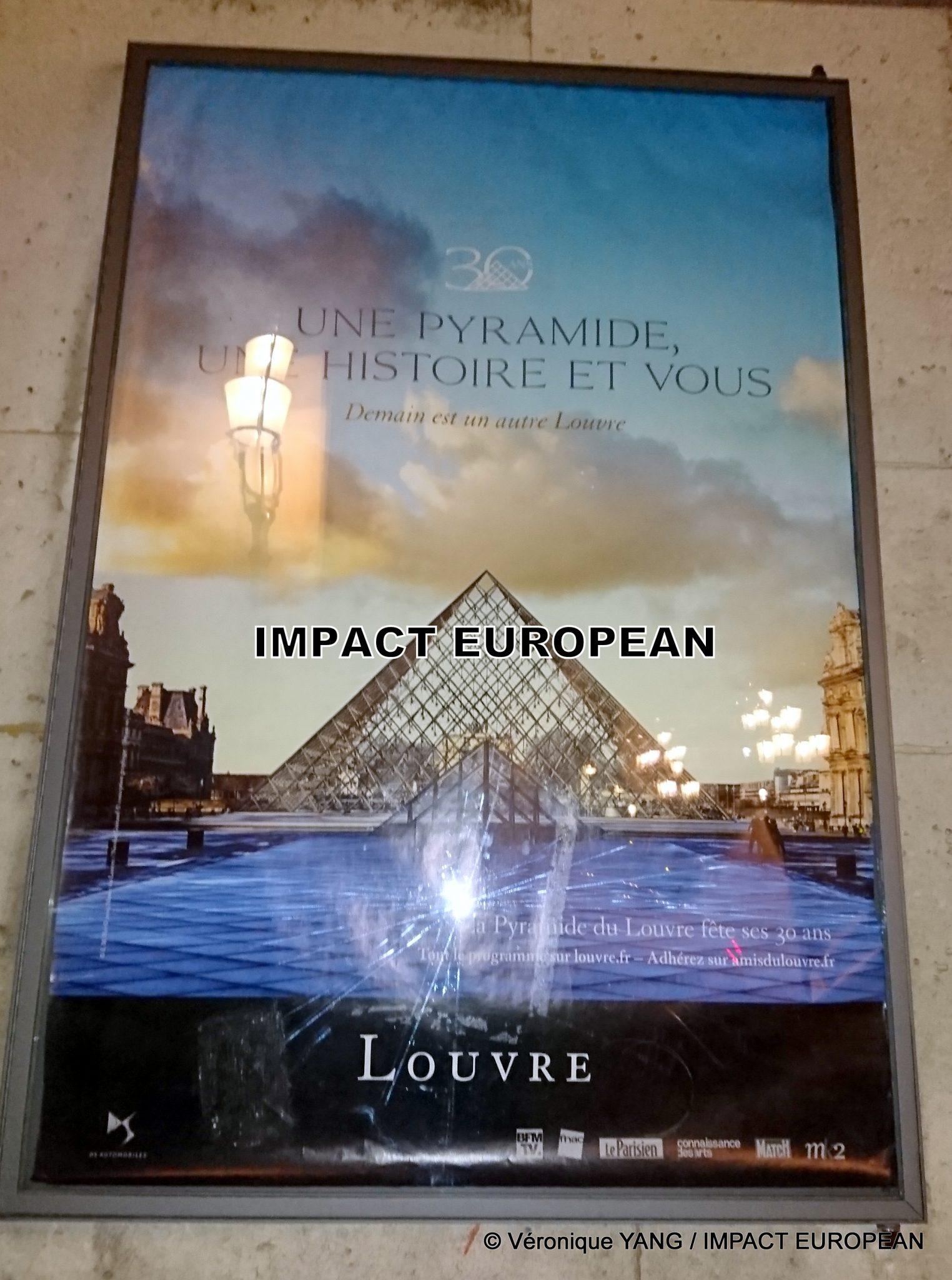 JR a réalisé un trompe l'oeil autour de la Pyramide du Louvre