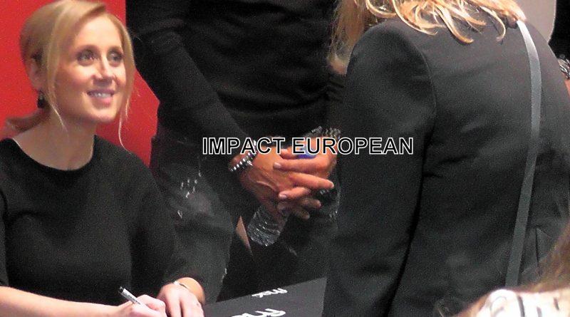 Lara Fabian a signé des autographes aux fans samedi à la Fnac Montparnasse