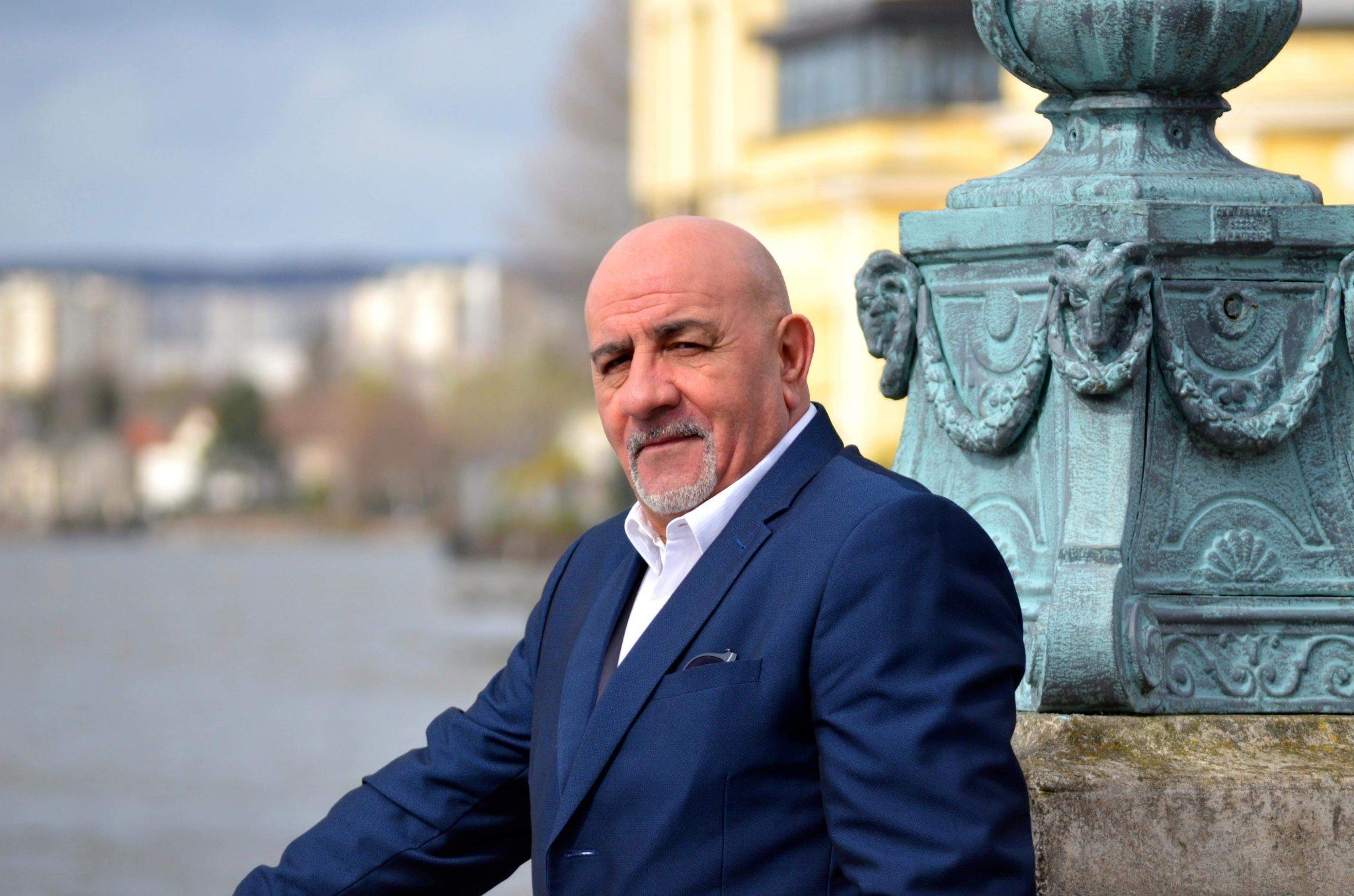Patrick Zian : « Ma voix est celle d'Aznavour. Comme je parle, je chante. »